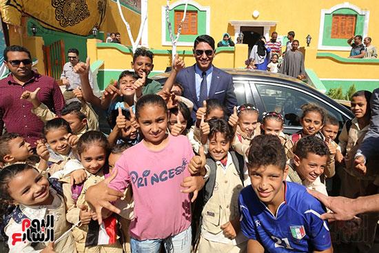 رجل الأعمال أحمد أبو هشيمة خلال افتتاح أعمال تطوير قرية تزمنت الغربية (9)