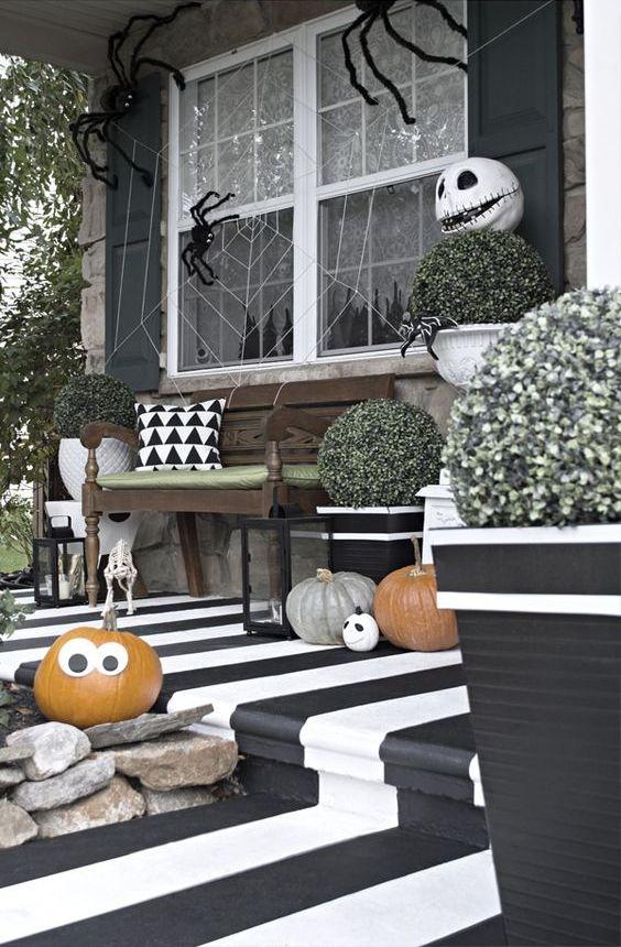 مدخل أبيض وأسود ممتع مع أرضية مخططة  وقرع طبيعي