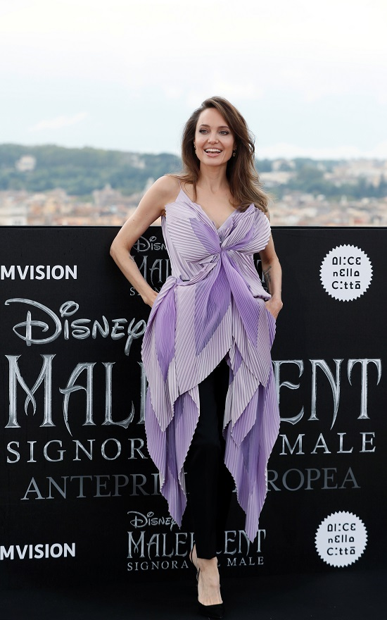 انجلينا جولى بإطلالة كلاسيكية خلال عرض فيلمها Maleficent 2 (3)