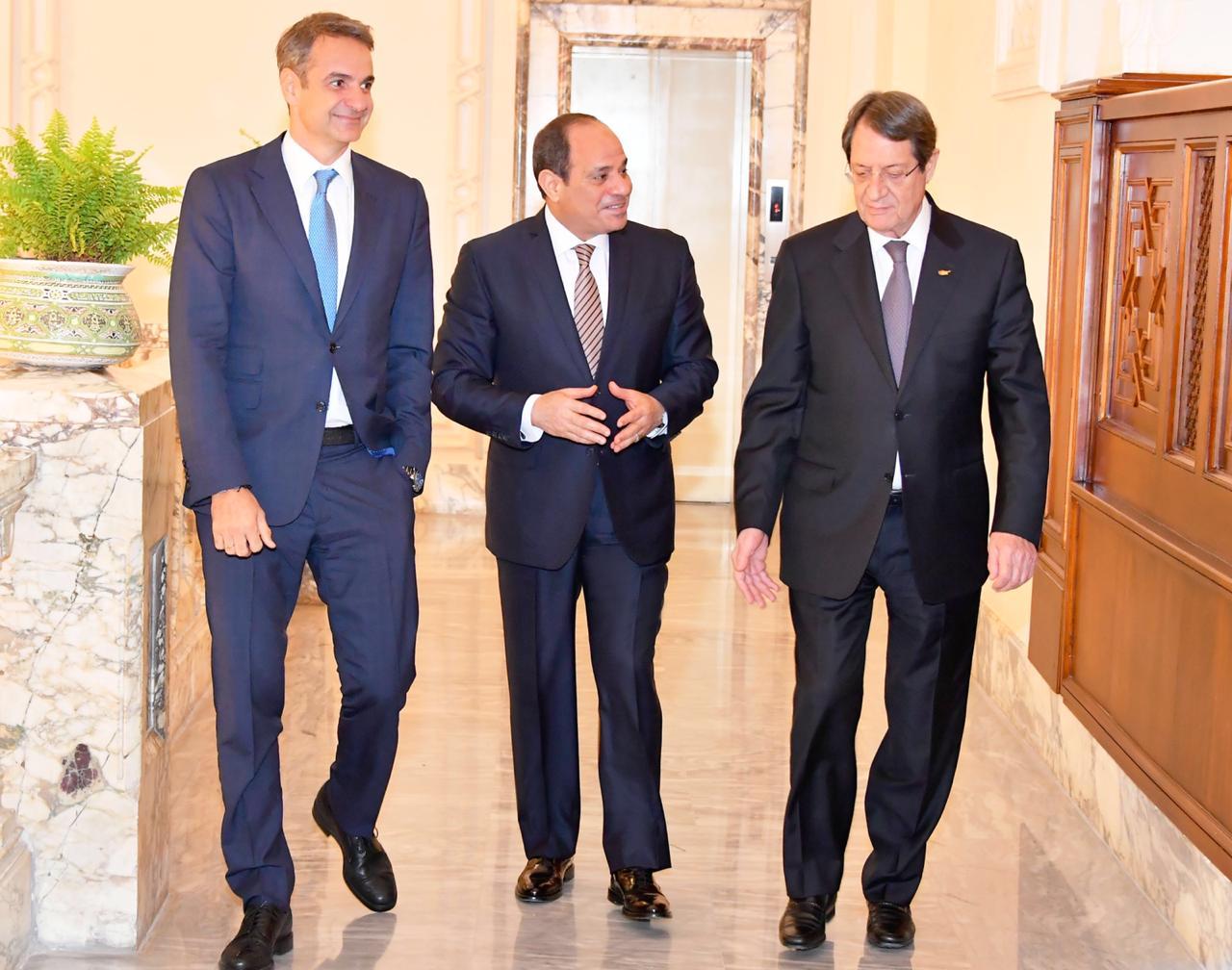 الرئيس السيسي يتوسط كيرياكوس ميتسوتاكيس رئيس وزراء اليونان وونيكوس أناستاسيازيس رئيس جمهورية قبرص