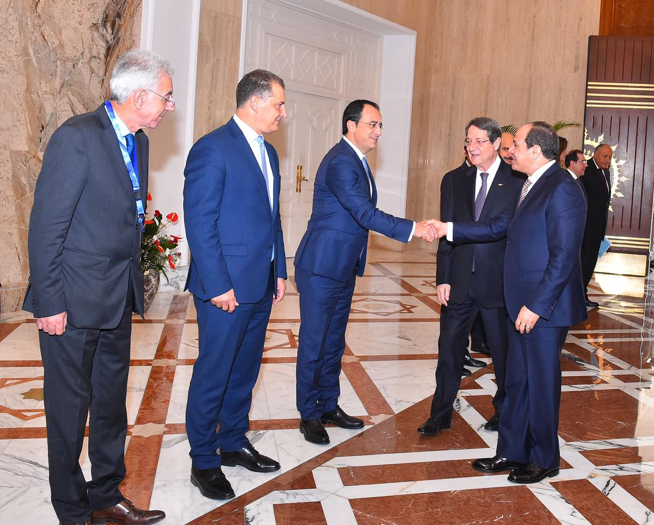الرئيس السيسي يصافح ضيوف مصر