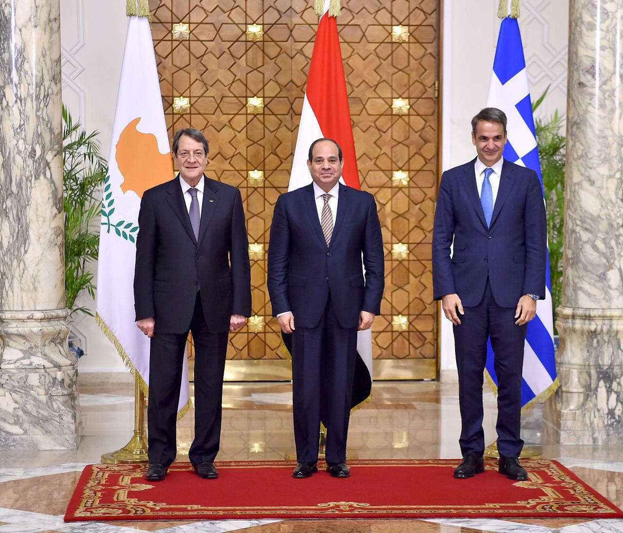 الرئيس السيسي يتوسط رئيس وزراء اليونان ورئيس قبرص
