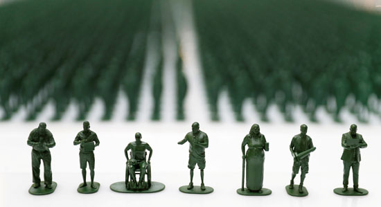 مجسمات بلاستيكية توضح أزمة المحاربين القدامى فى بريطانيا