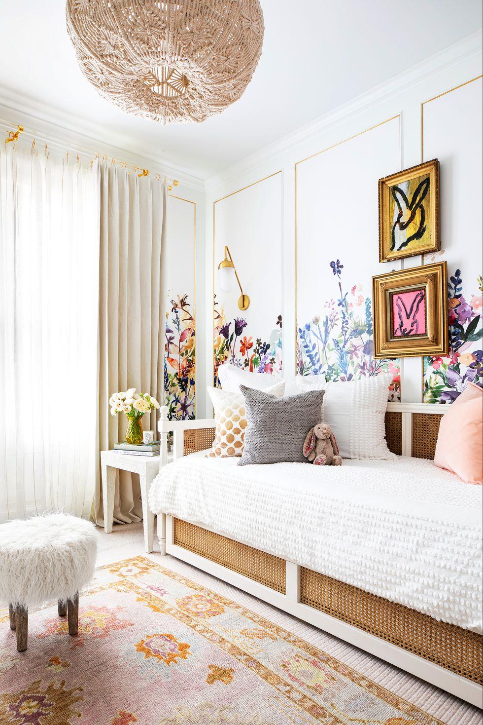 زهور بجدران الغرفة