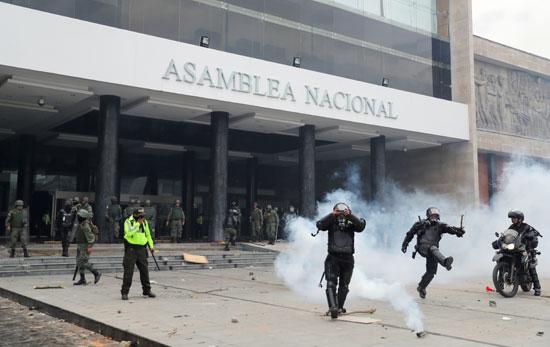 الشرطة والجيش يطلقون الغاز المسيل للدموع