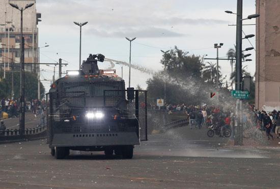 الشرطة تفتح مدافع المياه