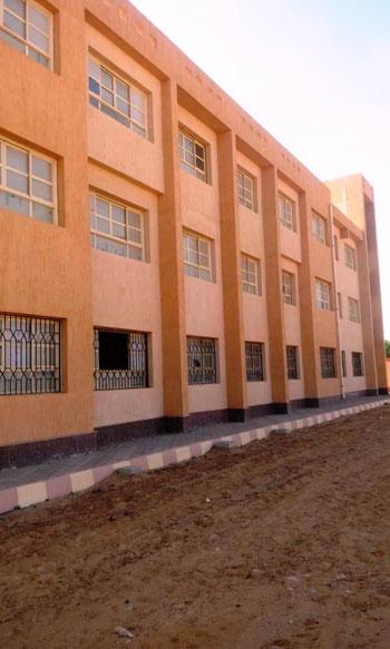 أول مدرسة لصناعة الحلى والمجوهرات (8)