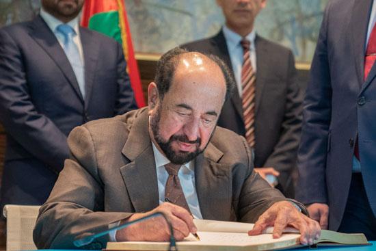 حاكم الشارقة یزور البیت العربي  ویشھد اتفاقیة تعاون مع ھیئة الشارقة للكتاب   (3)