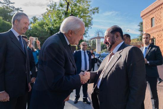 حاكم الشارقة یزور البیت العربي  ویشھد اتفاقیة تعاون مع ھیئة الشارقة للكتاب   (1)
