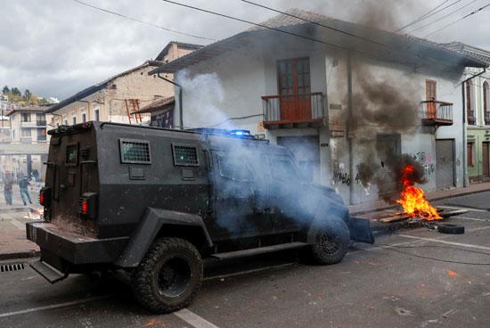 مدرعة للشرطة تطارد المحتجين