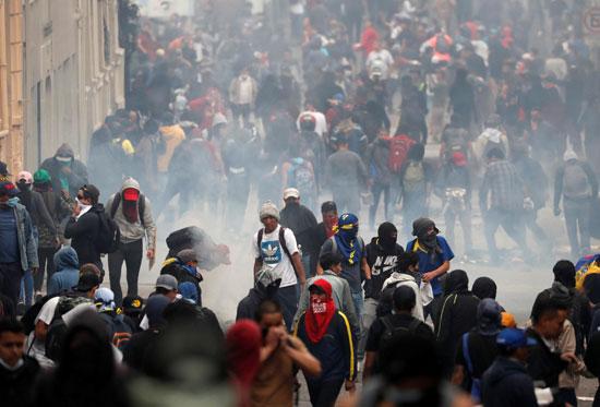 القاء الغاز المسيل للدموع