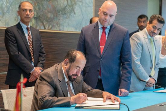 حاكم الشارقة یزور البیت العربي  ویشھد اتفاقیة تعاون مع ھیئة الشارقة للكتاب   (4)
