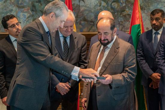حاكم الشارقة یزور البیت العربي  ویشھد اتفاقیة تعاون مع ھیئة الشارقة للكتاب   (6)