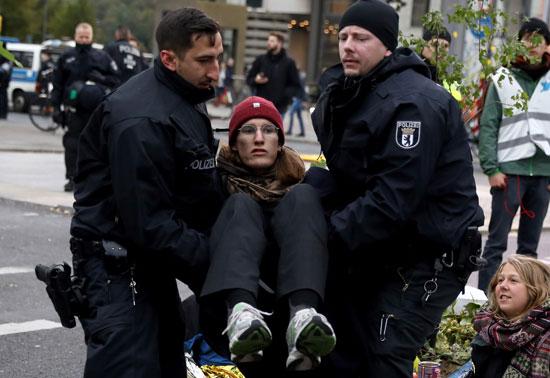 ضباط-الشرطة-يحملون-متظاهرا