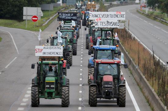 المزارعون-يغلقون-طريق-سريع