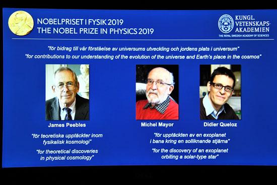 شاشة-تعرض-صور-الحائزين-على-جائزة-نوبل-فى-الفيزياء-لعام-2019