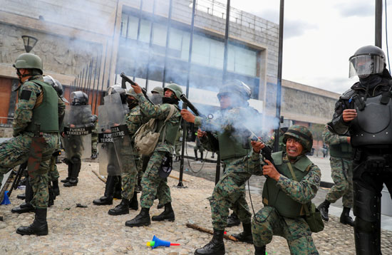 قوات الجيش تطلق الغاز المسيل للدموع