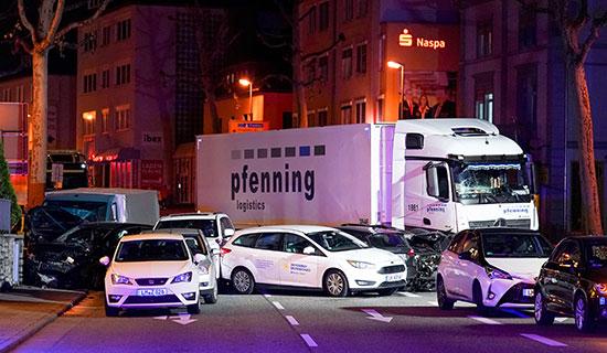 الشاحنة وعدد من السيارات التى اصطدمت بها