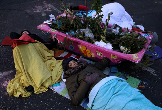 متظاهرون-يفترشون-الشارع