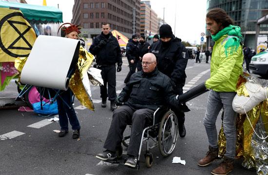 ضباط-الشرطة-يقودون-المتظاهرين-بعيدا