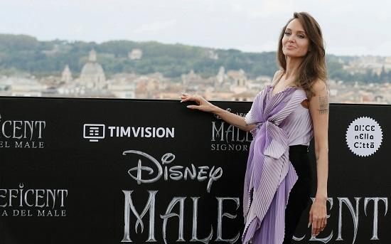 انجلينا جولى بإطلالة كلاسيكية خلال عرض فيلمها Maleficent 2 (4)