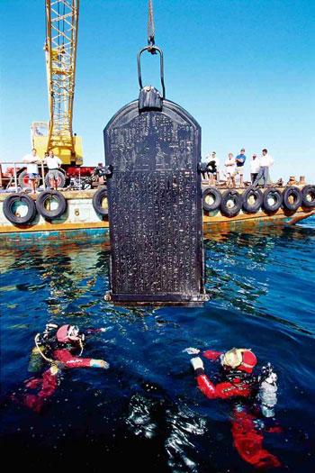 اثناء-استخراج-أحد-قطع-المعرض-من-قاع-البحر