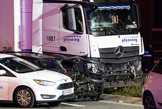 الشاحنة بجوار السيارات التى تم صدمها