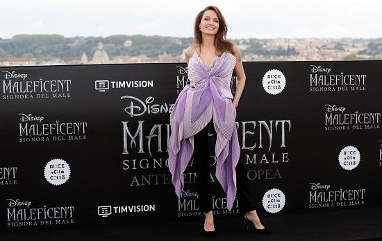 انجلينا جولى بإطلالة كلاسيكية خلال عرض فيلمها Maleficent 2