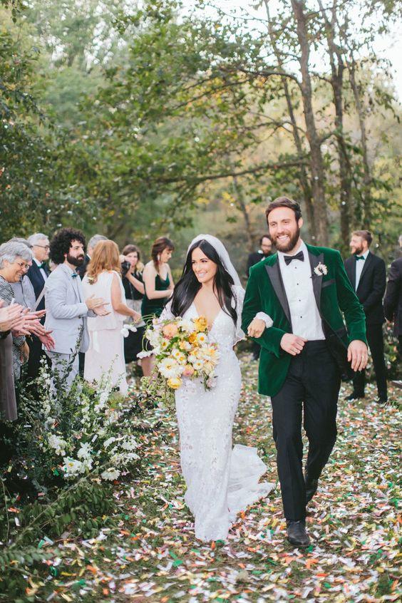 نظرة العريس مع السراويل السوداء ، قميص أبيض ، المخمل الزمرد مع التلابيب السوداء والأحذية السوداء