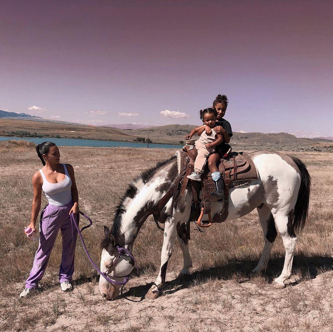 كيم تلهو مع أطفالها