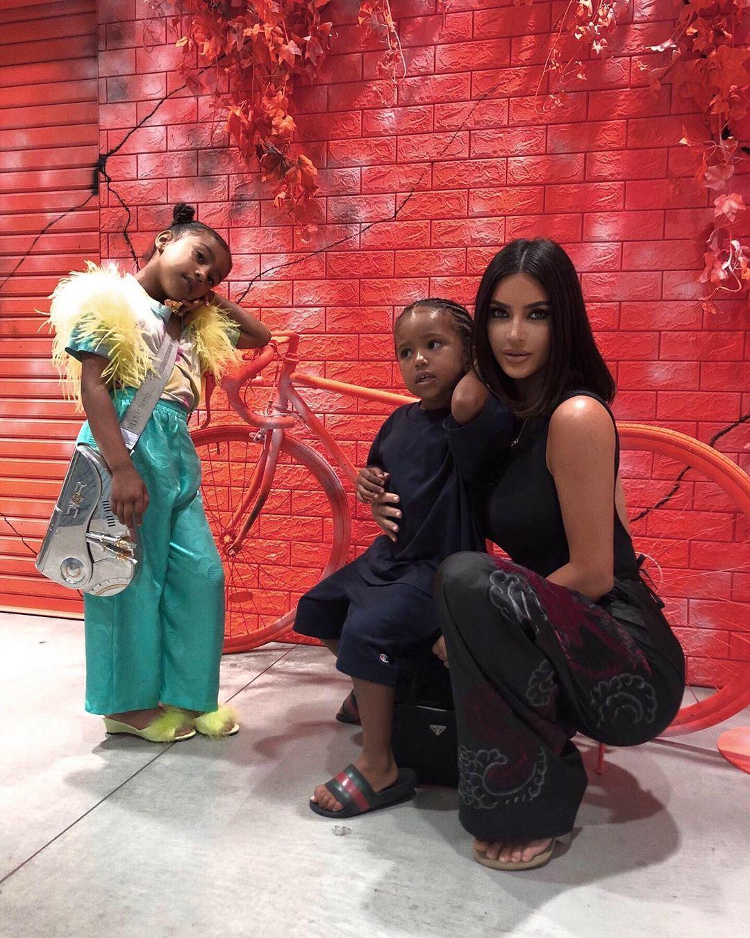 كيم كاردشيان مع أطفالها