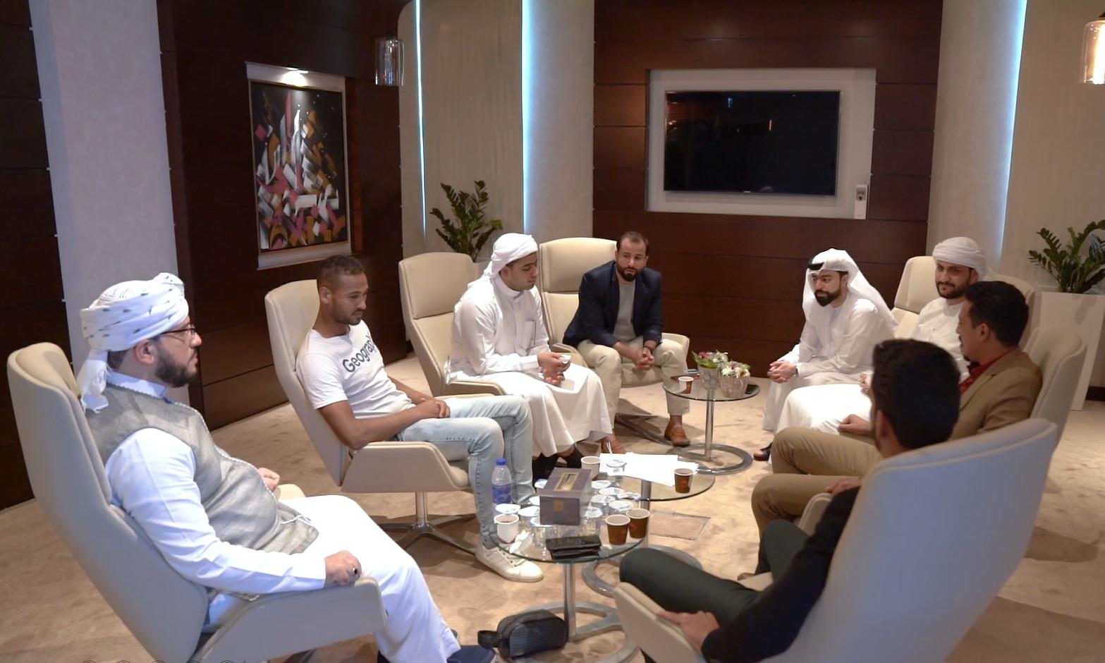 لجنة التحكيم ومشاركين من تجارب الأداء في الإمارات