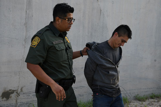 اعتقال مهاجرين