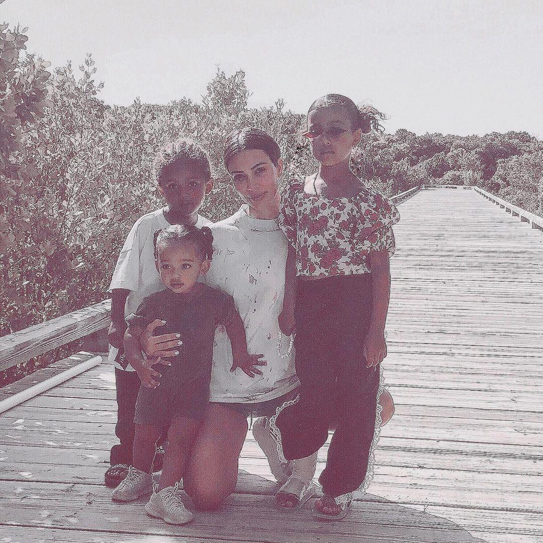 صورة كيم مع ثلاثة من أطفالها
