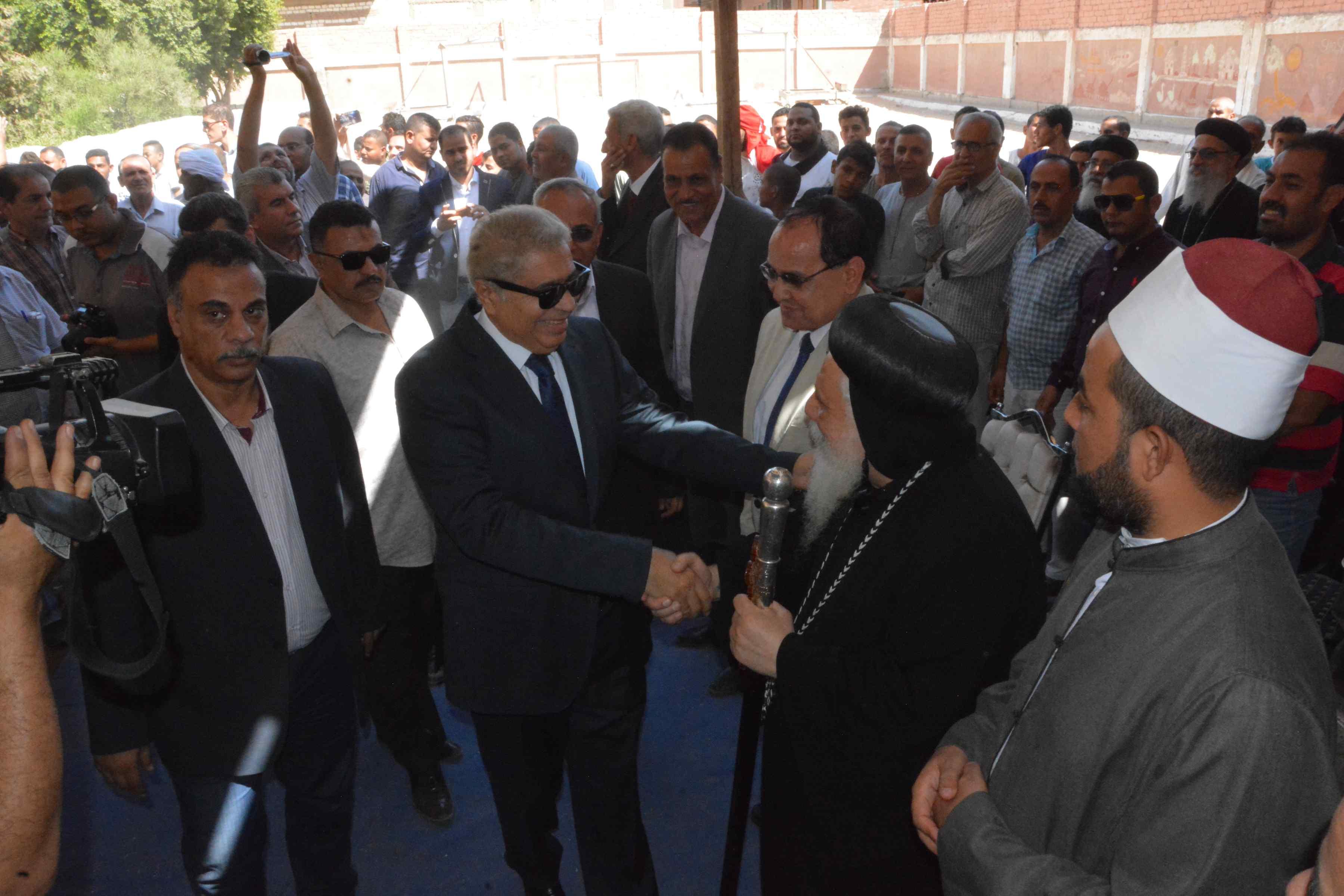 محافظ المنيا يتابع فعاليات برنامج تعزيز المواطنة بدير أبو حنس بملوى (7)