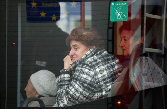 سيدة عجوز تشاهد مكان الحادث