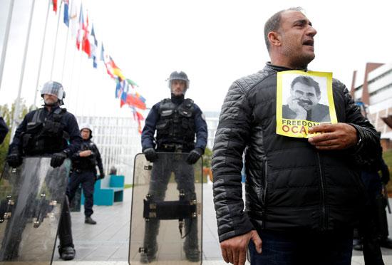 متظاهر كردي يحضر مظاهرة احتجاجًا على العدوان  العسكري التركي في شمال شرق سوريا