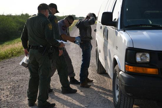 اعتقال أحد المهاجرين