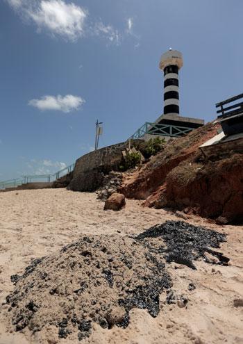 بقع نفطية على الشواطئ