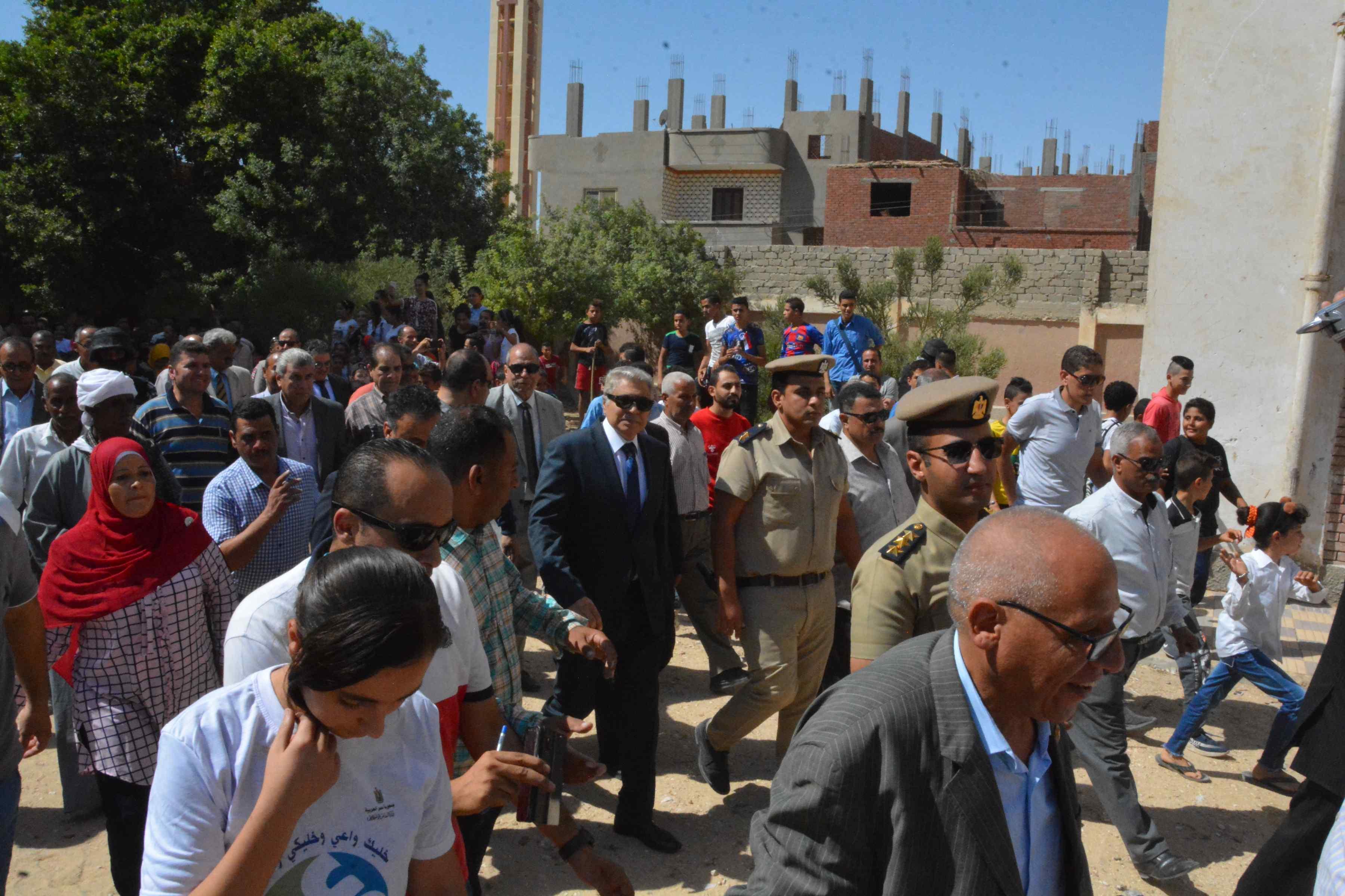 محافظ المنيا يتابع فعاليات برنامج تعزيز المواطنة بدير أبو حنس بملوى (6)