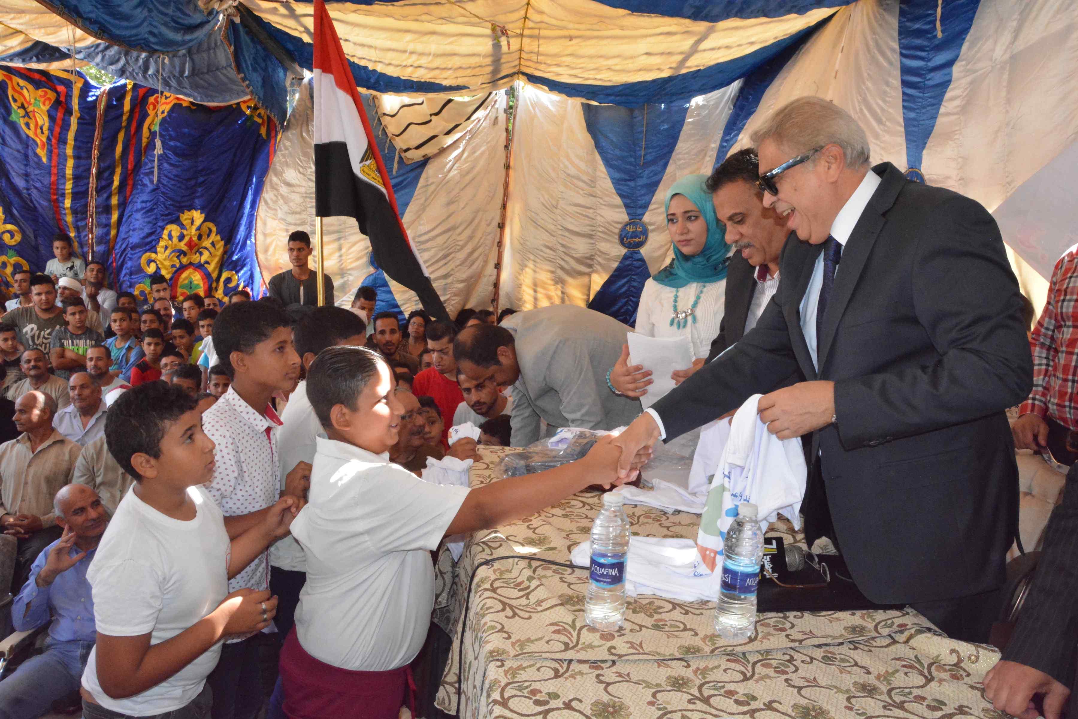 محافظ المنيا يتابع فعاليات برنامج تعزيز المواطنة بدير أبو حنس بملوى (12)