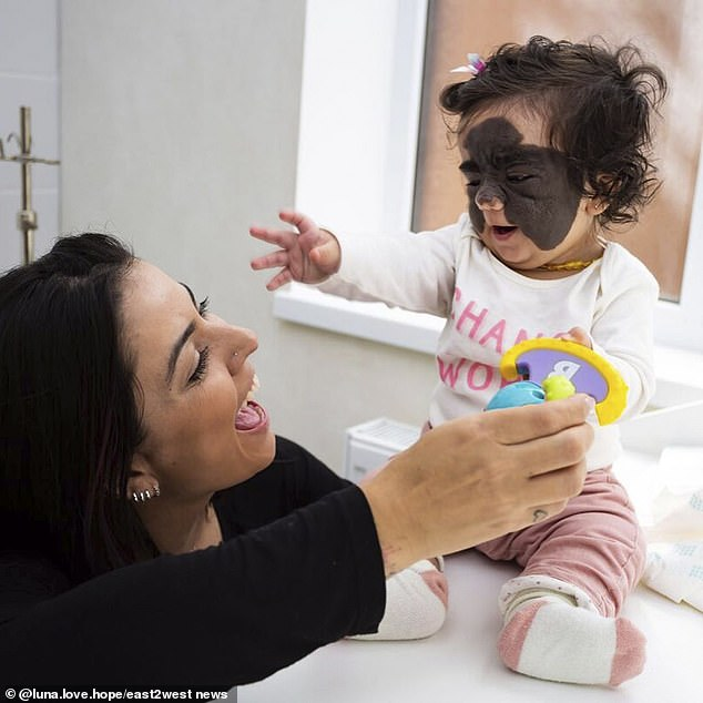 اثناء اللعب مع امها