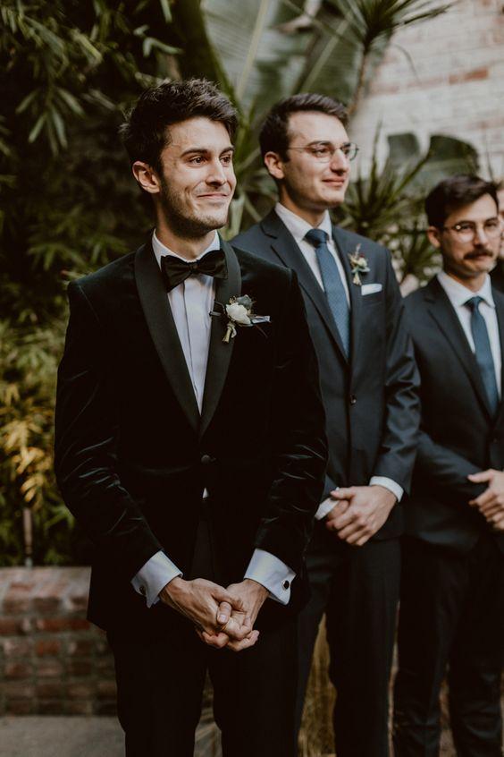سهرة كلاسيكية سوداء مع طية صدر السترة غير اللامع ، وربطة عنق سوداء وقميص أبيض لإطلالة أنيقة