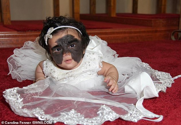 الطفلة وهى تشبه باتمان