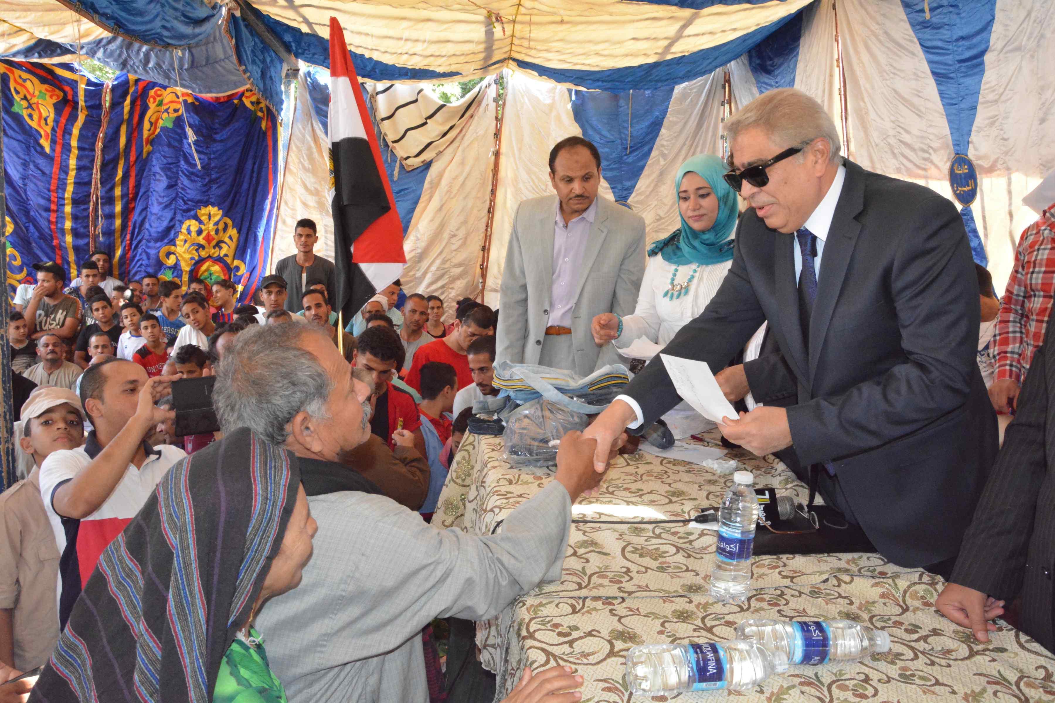 محافظ المنيا يتابع فعاليات برنامج تعزيز المواطنة بدير أبو حنس بملوى (2)