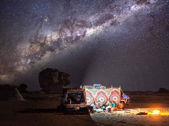 مشهد-ليلي-للنجوم-في-الصحراء-البيضاء