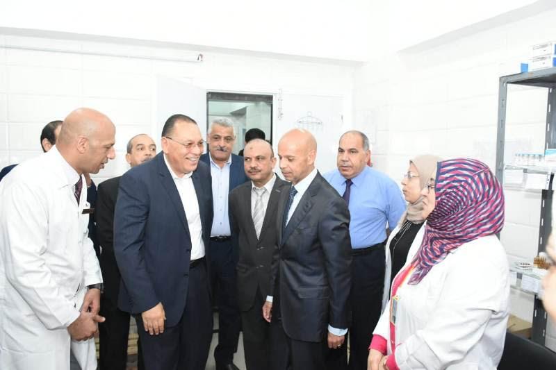 محافظ الشرقية ووكيل وزارة الصحة مع أطباء المستشفى