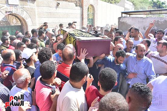 لحظة خروج جثمان طلعت زكريا من مسجد العمرى