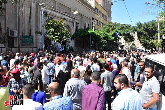 زحام امام مسجد العمرى قبل خروج جثمان طلعت زكريا