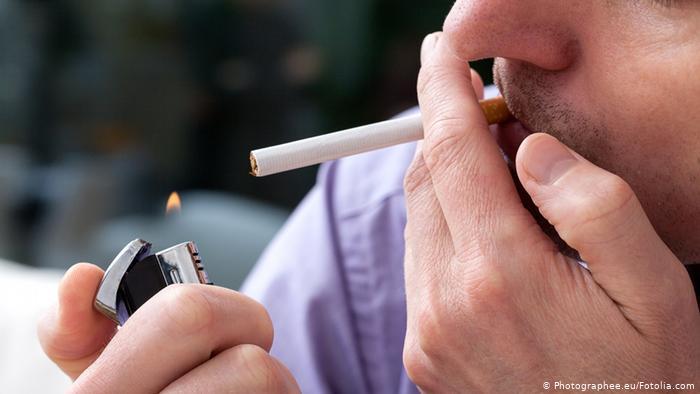 التدخين يسبب رائحة الفم الكريهة